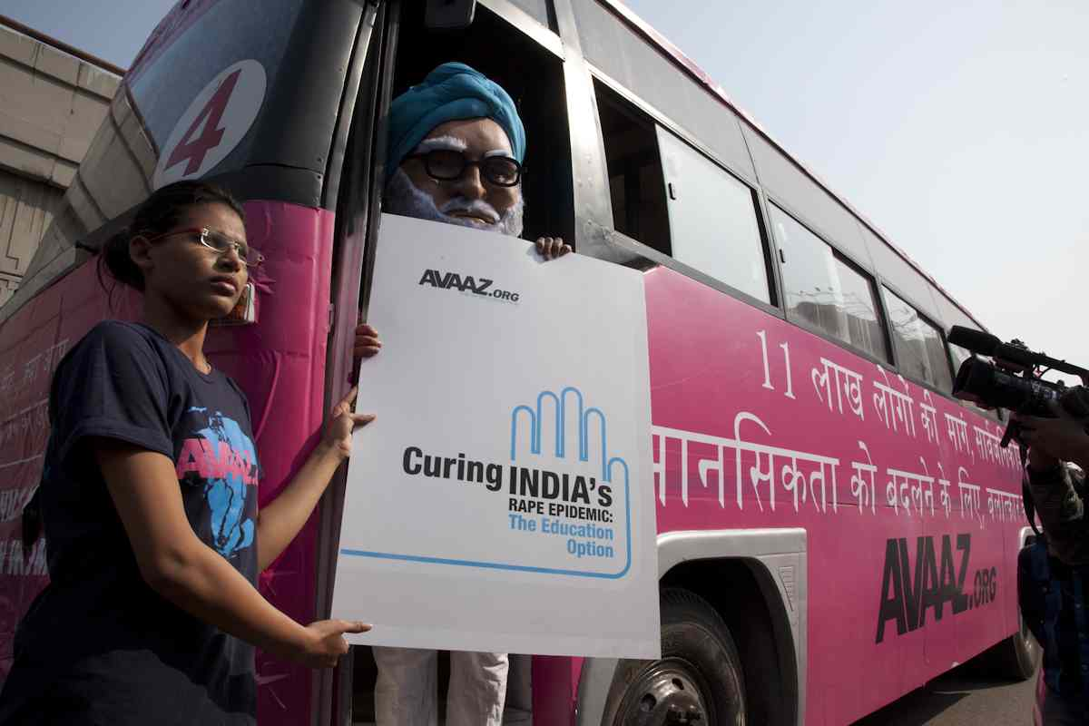 Avaaz's pink bus tours New Delhi with 'PM Singh' on board to call for public education against rape